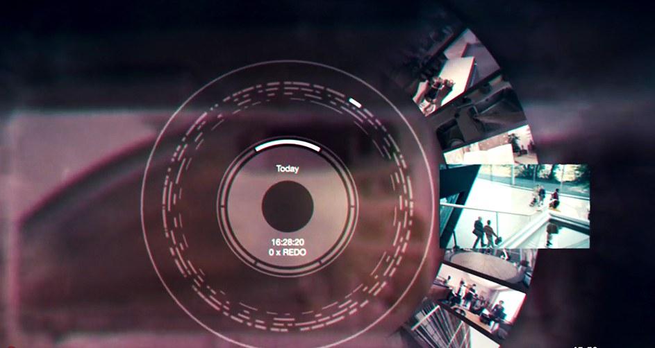 scena tratta dal film netflix in cui si vede la possibilità di riguardare i ricordi attraverso la lente, in mezzo vi sono dei cerchi dai quali è possibile estrarre le fotografie o i video dei ricordi