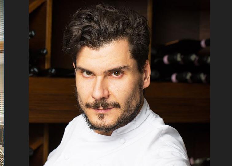 L'Alchimia,  chef Postorino del Ristorante L'Alchimia di Milano, vestito con divisa da cuoco bianca, capelli neri corti, barba corta e baffi