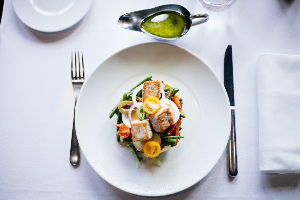 un piatto da menù di ristorante, con del cibo in un piatto