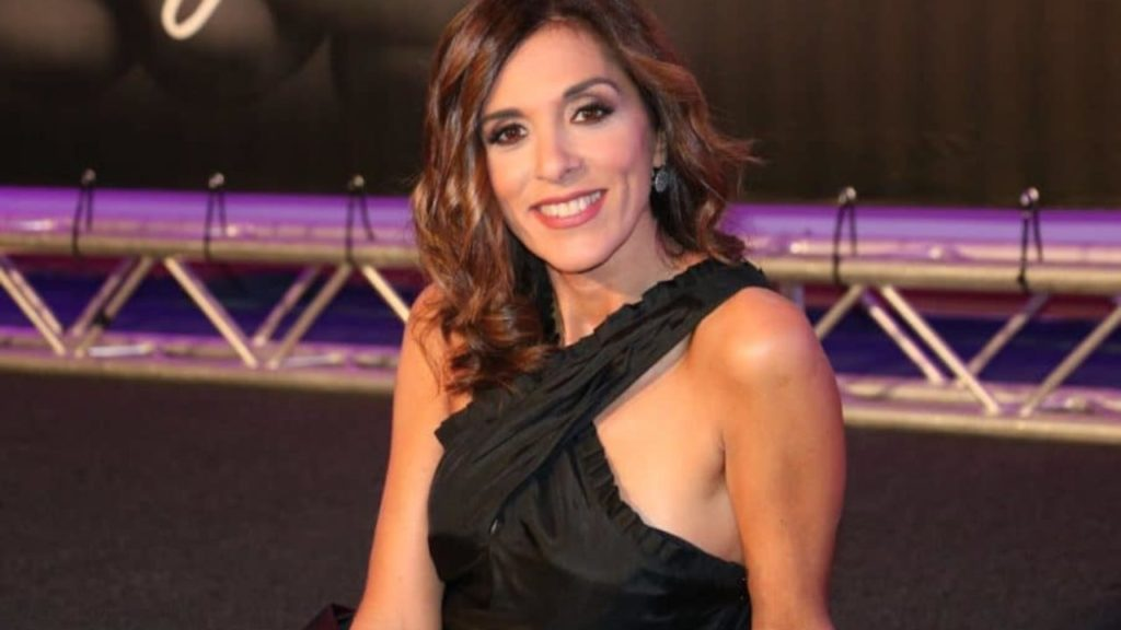 Emma D'Aquino, forse prenderà il posto tolto a Rula Jebreal, sul palco dell'ariston, nella foto è vestita con abito nero da sera e sorride