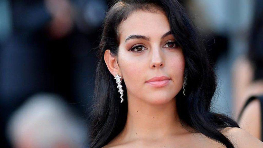 Georgina Rodriguez, espressione seria, con orecchiino pendente dal lobo destro