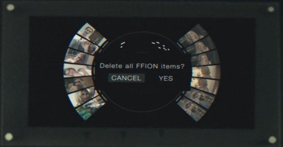 scena della serie tv netflix black mirror in cui è possibile cancellare, invece, i ricordi, in mezzo vi è scritta l'opzione di cancellare il ricordo selezionato, da una parte la sezione cancella, e dall'altra sì, in inglese, intorno vi sono le varie scene da cancellare, su sfondo nero