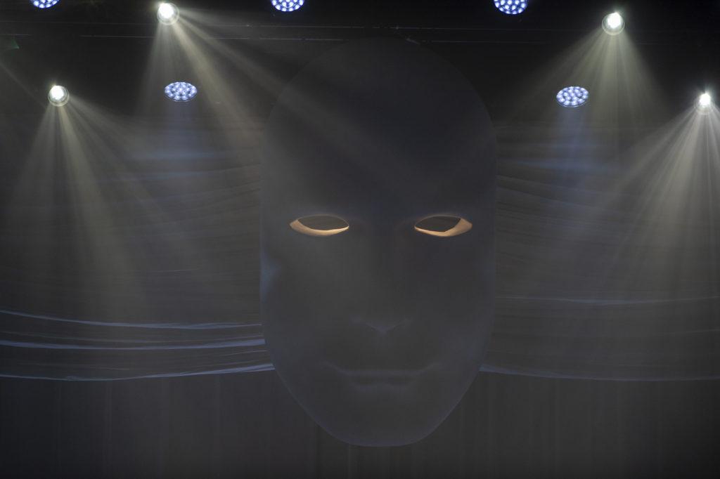 Una maschera gigantesca parte della scenografia del  tour