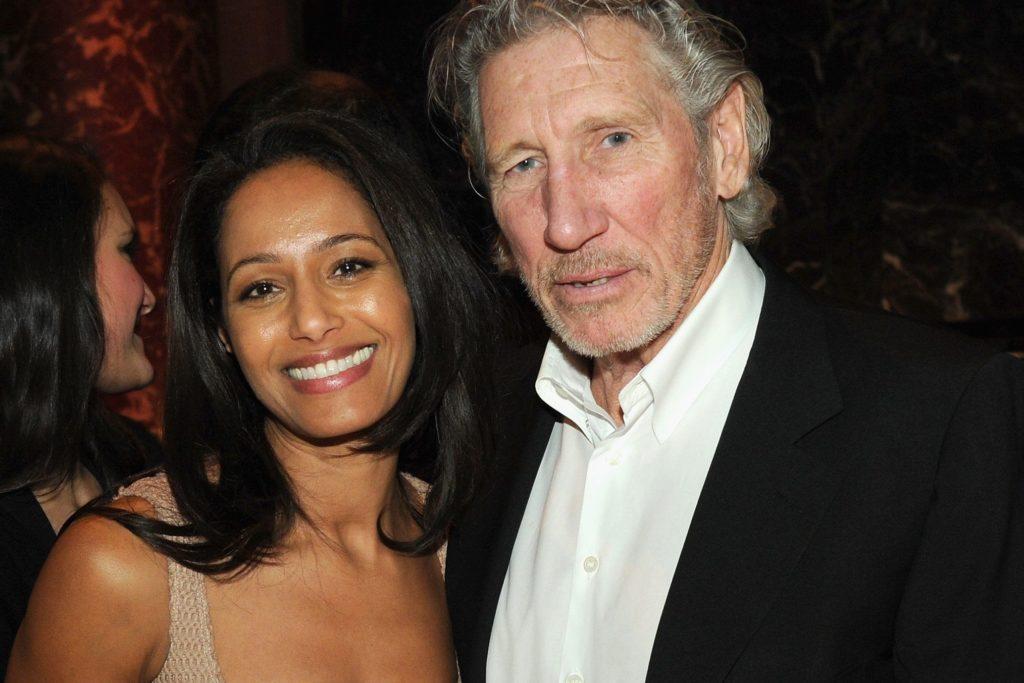 Rula Jebreal e Roger Waters, lei sorridente con abito scollato rosa, lui con camicia bianca e giacca nera