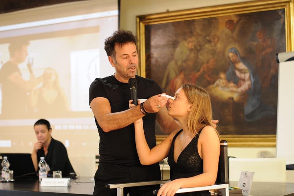 Paolo Demaria mentre trucca una ragazza sanremo 2020
