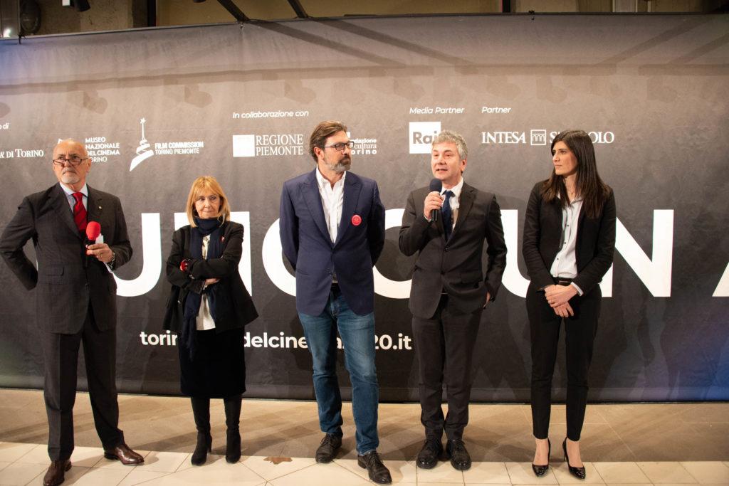 Cinemaddosso la mostra volante di Annamode, tutti i relatori della conferenza stampa, compresa la sindaco di Torino Chiara Appendino, sulla destra