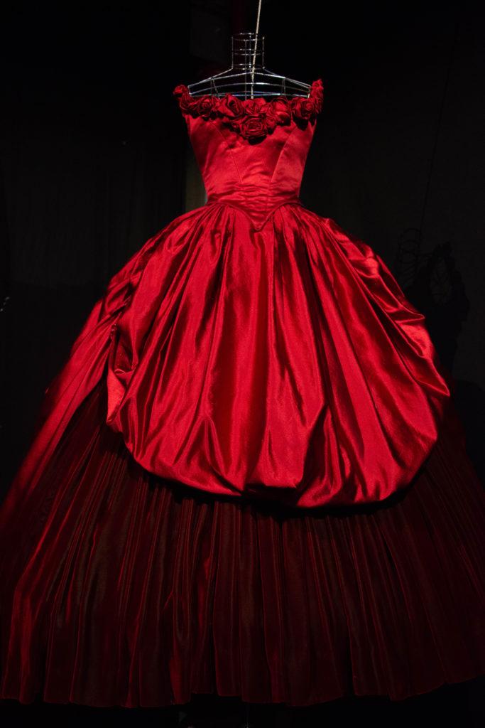 Annamode per Cineaddosso, abito rosso lungo con gonna molto ampia in stile 800 con rose sul decolletè