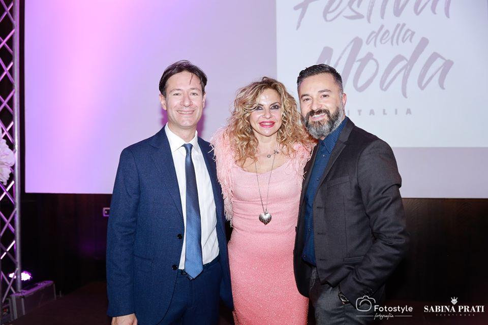 La moda premia l'arte di Massimiliano Ferragina nella foto con gli organizzatori del festival della moda