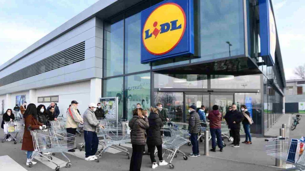 coronavirus psicosi una fila lunghissima di gente con il carrello davanti ad un supermercato lidl