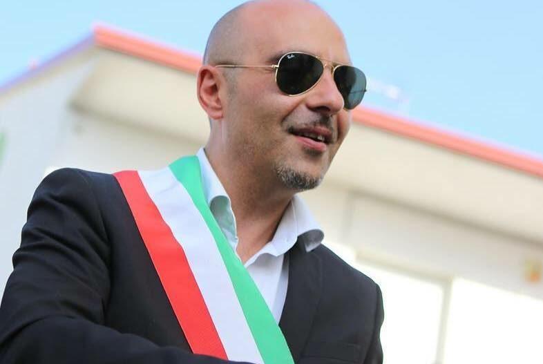 Il Sindaco §Pino Capalbo con la striscia tricolore e occhiali da sole