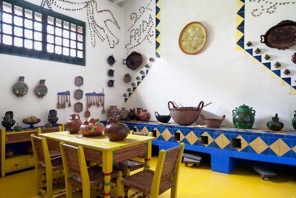 Cucina e sala da pranzo di casa Azul. On piastrelle blu e gialle e pavimento giallo