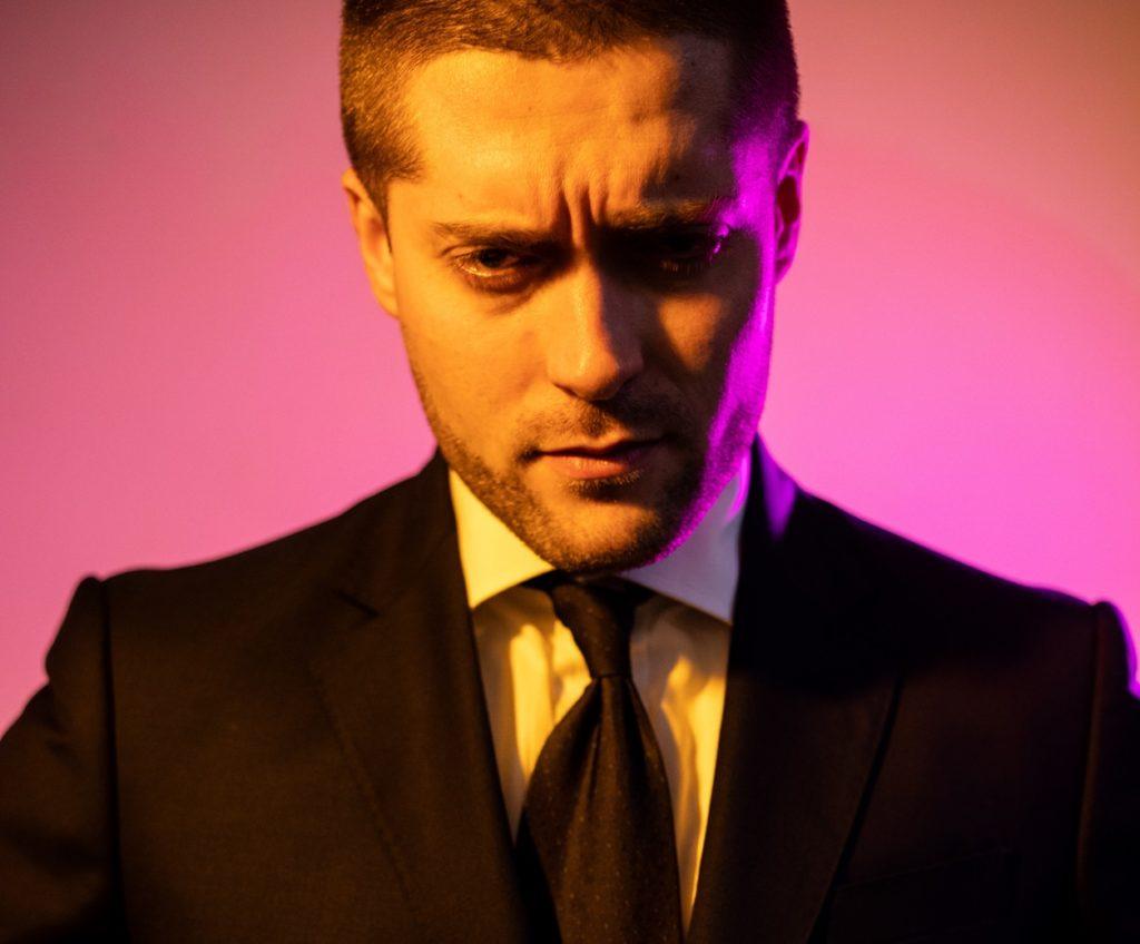 """Swed, un crooner ai tempi della trap """"Border Wall"""" è il titolo del nuovo EP primo piano del musicista che lo ritrae con una giacca nera, camicia bianca e cravatta scura"""