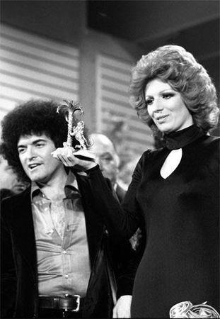 Sanremo 1974 Iva Zanicchi mostra il premio insieme a Cristiano Malgioglio. Foto in bianco e nero.