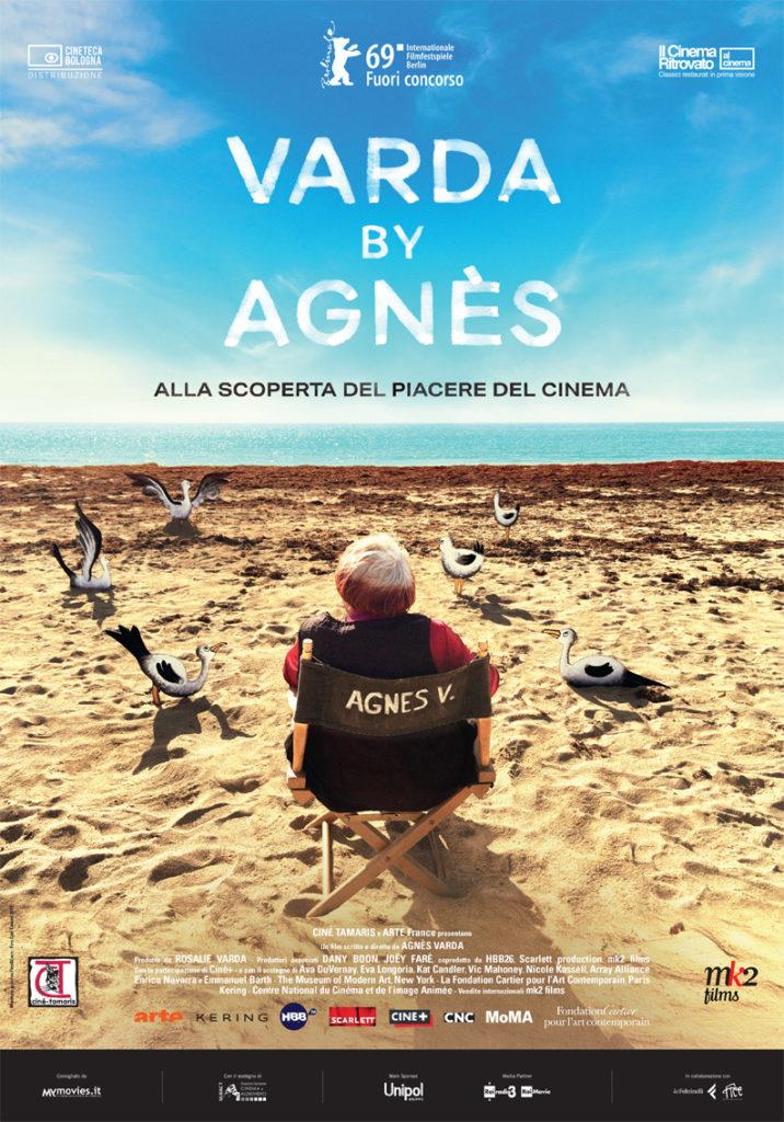 Locandina con sedia di regia su una spiaggia