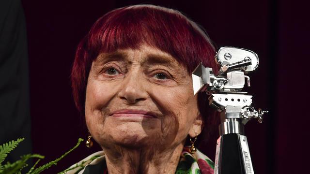 Agnès Varda la regista simbolo della Nouvelle Vague primo piano accanto ad una cinepresa