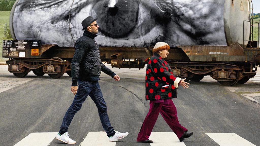 Agnès Varda la regista e JR sulle. Strisce pedonalk