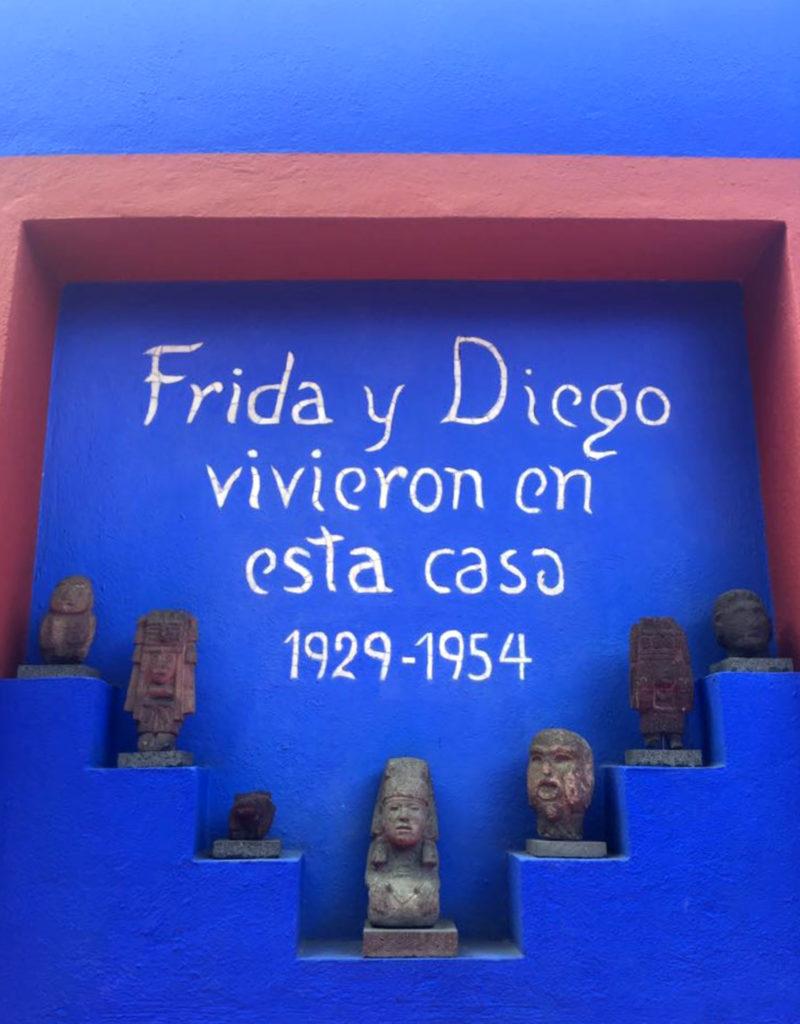 Frida apre Casa Azul, faces of Frida per #iorestoacasa la scritta esterna