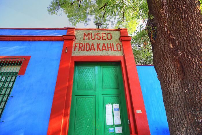 Frida apre Casa Azul, faces of Frida per #iorestoacasa esterno della casa di Cayacon