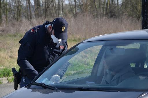 Coronavirus documenti in scadenza tutte le proroghe un agente con mascherina ferma un auto