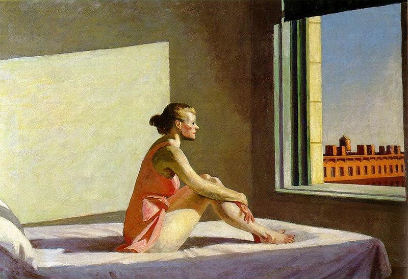 Edward Hopper l'artista del tempo sospeso morning sun .Sole del. Mattino. Donna seduta sul. Letto fissa la città dalla finestra. Immagine di quarantena  e tristezza
