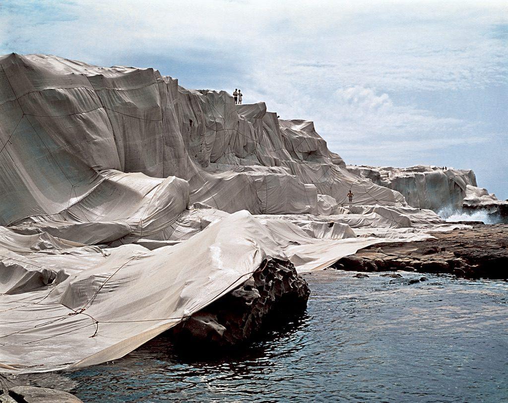 Wrapped Coast, One Million Square Feet Christo impacchetta l'Arc de Triomphe artista bulgaro in Austria coste ricoperte di tessuto  land art in piena regola