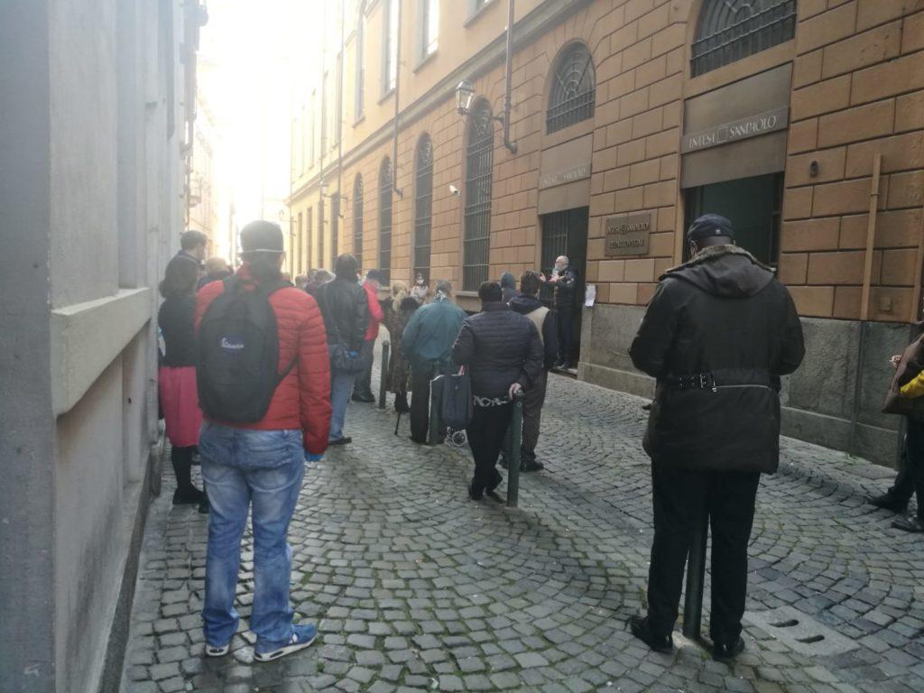 Torino  in fila al Monte dei Pegni. Numerose persone in fila