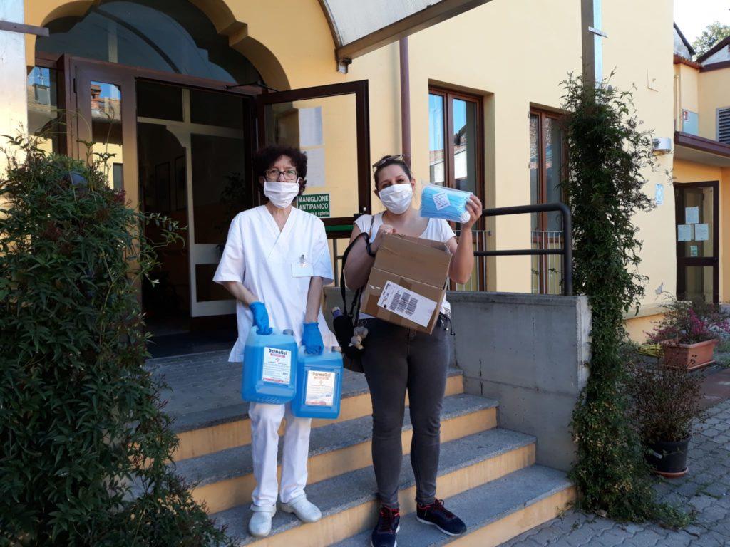 Rotary e covid-19 emergenza coronavirus due donne del personale sanitario di una struttura hanno in mano un cartone di mascherine e dei flaconi di disinfettanti davanti alla porta di una struttura ospedaliera