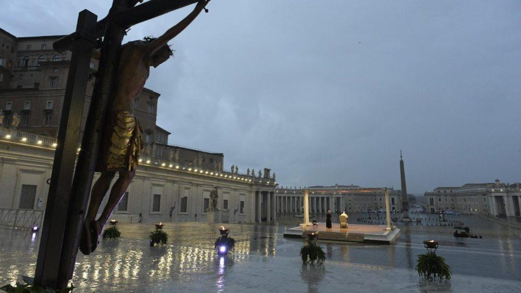 """Un uomo, un Papa, il vuoto che """"S...Piazza"""" piazza San Pietro e il Papa da solo"""