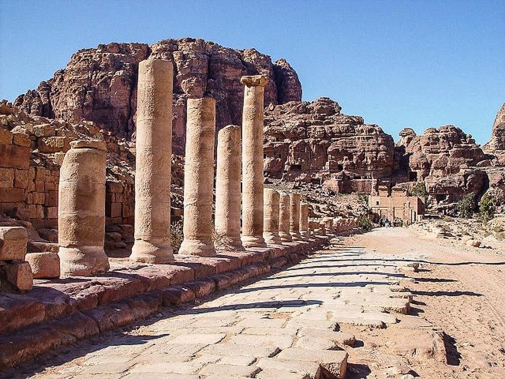 Una delle tappe del Tour Virtuale e Petra, le colonne di un'antica strada romana.