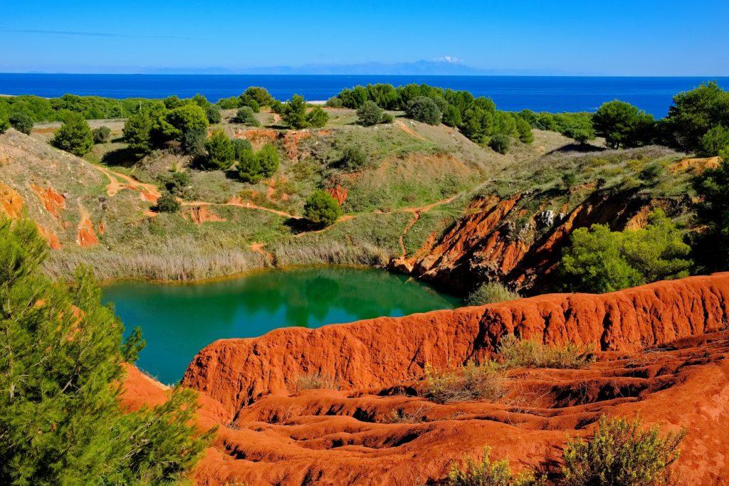 La Cava di Bauxite nel Salento. Il lago è circondato da alberi e terra rossa