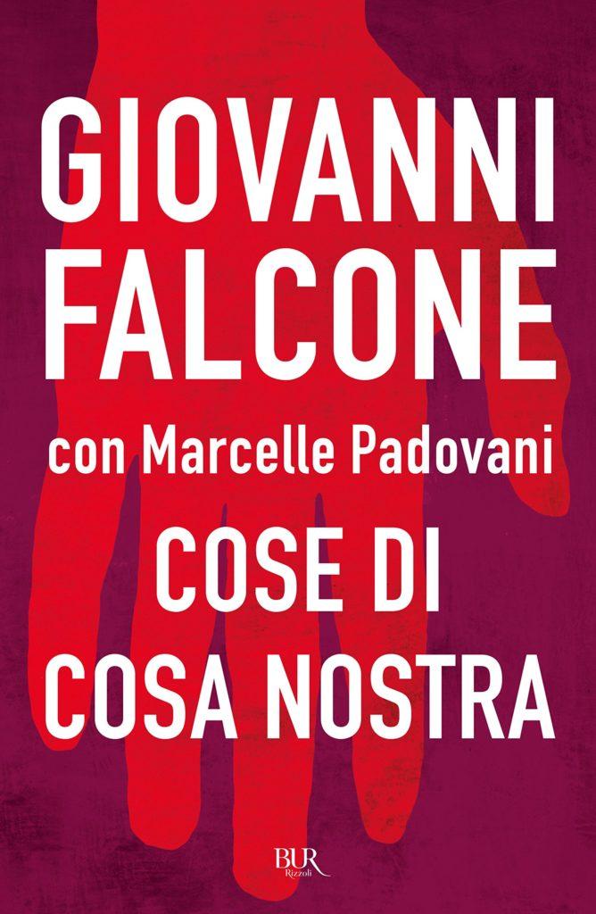 Il libro Cose di Cosa Nostra con una mano rossa su sfondo rosso