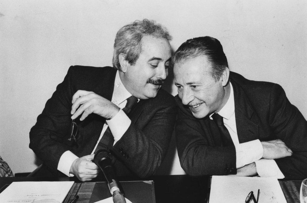 23 maggio 1992 Giovanni Falcone e Paolo Borsellino nella foto storica inbianco e nero dove sorridono complici