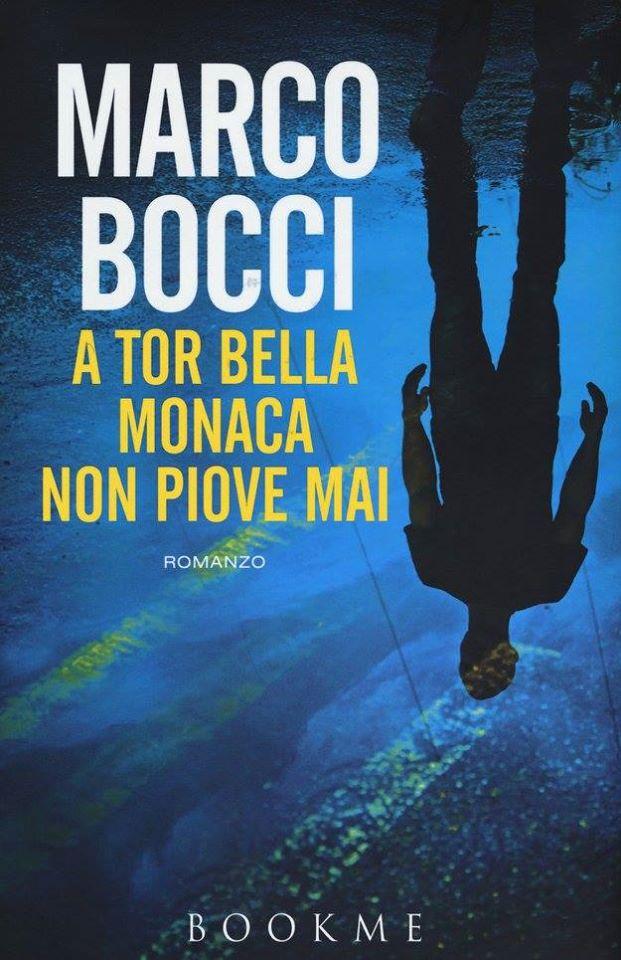 marco bocci, a tor bella monaca non piove mai. la copertina del libro, con le scritte bianche su sfondo azzurro, e l'immagine riflessa di un uomo rovesciato