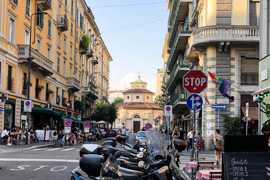 Riflessioni Una veduta di via Castaldi a Milano, con porta Venezia sullo sfondo