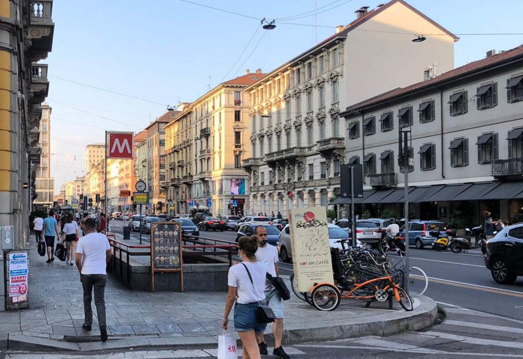 Riflessioni uno scorcio di via Castaldi a Milano