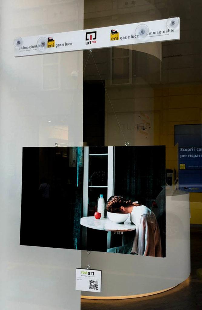 Riflessioni la mostra di ArtMe - una vetrina con una delle opere espsote