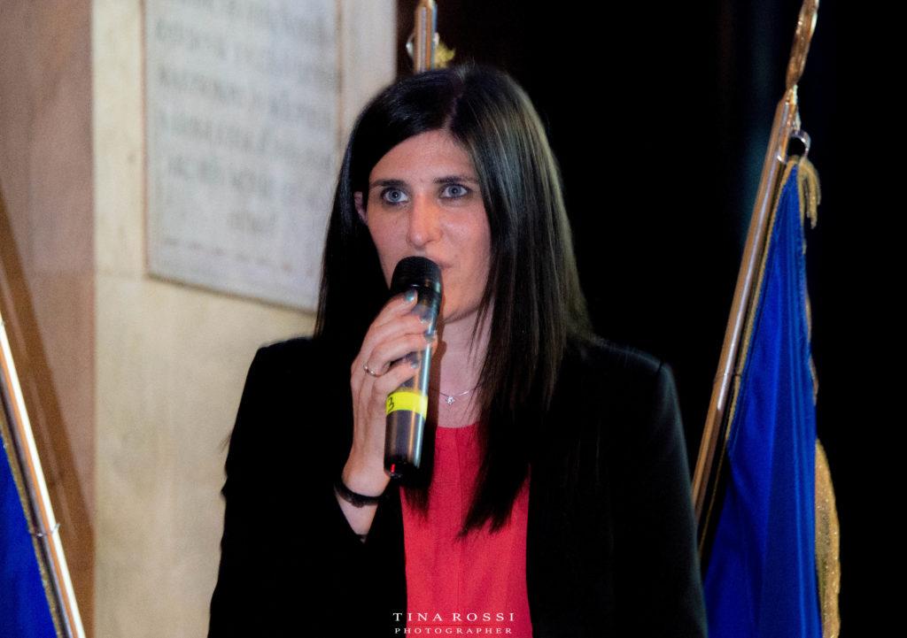 Il Cenacolo del Gagna - la sindaca di Torino Chiara Appendino con maglietta rossa, giacca nera e microfono in mano