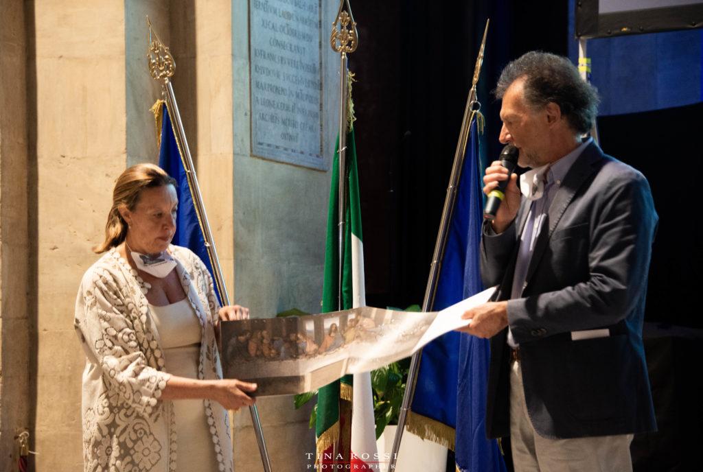 Dott.ssa Gribaudo e prof. Paolo Belgioioso mentre illustrano un libro per non vedenti