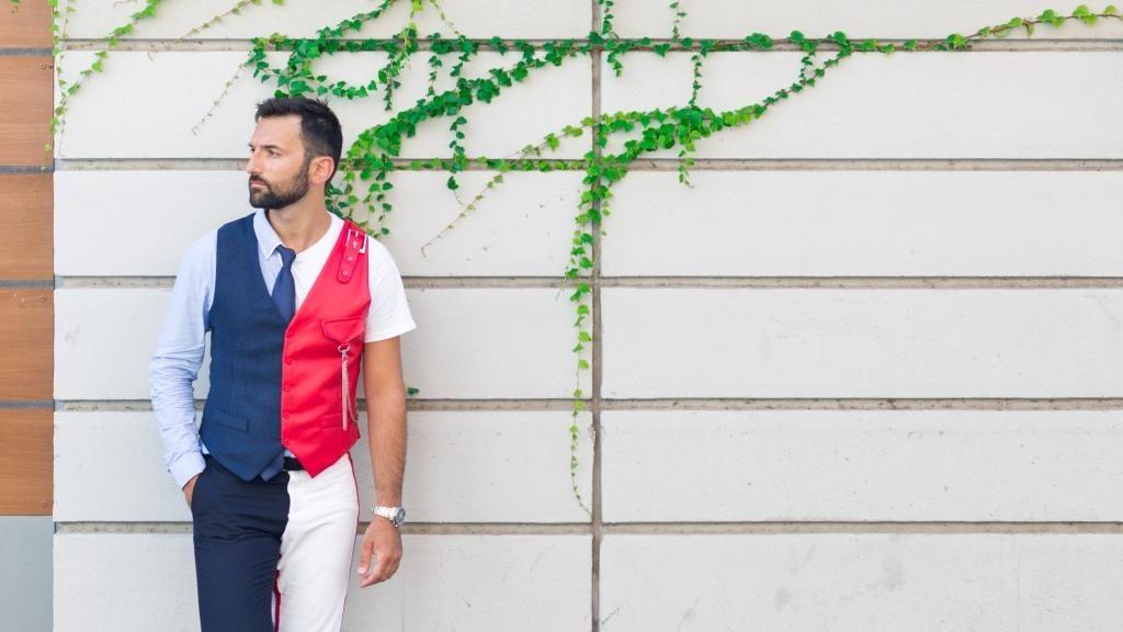 """""""Finale di Champions"""" nonostante il Covid-19, radiocronaca di Riccardo Inge. Nella foto il cantante milanese che indossa pantaloni bianconeri camiciotto bianco, e gilet metà rosso e metà blu"""