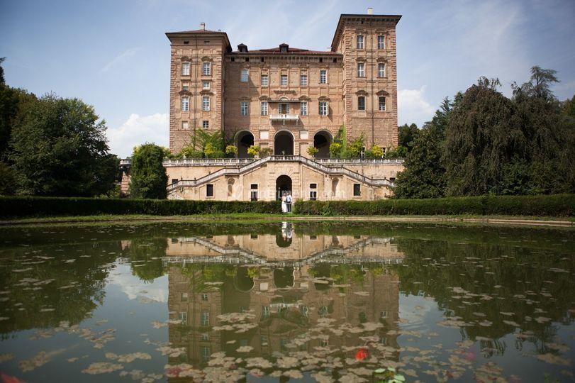Reali Sensi - Castello di aglie con un grande laghetta di fronte alla struttura