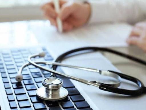 Stetoscopio per medico di base appoggiato sul computer