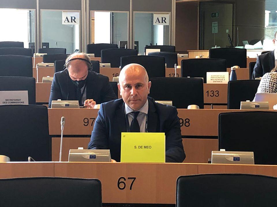 In foto l'Eurodeputato Salvatore De Meo, al centro, vestito in giacca e cravatta al banco numero 67.
