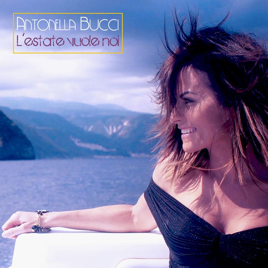 L'estate vuole noi di Antonella Bucci. La copertina del disco che ritrae la cantante di profilo, appoggiata al bordo di una barca, che indossa un vestito nero sscollato. sullo sfondo il mare e la costa