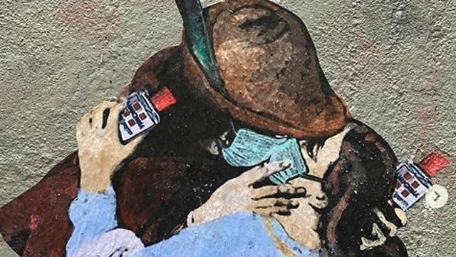 mascherina e discoteche chiuse: nella foto il famoso bacio di Hayez con le mascherine e l amuchina in mano