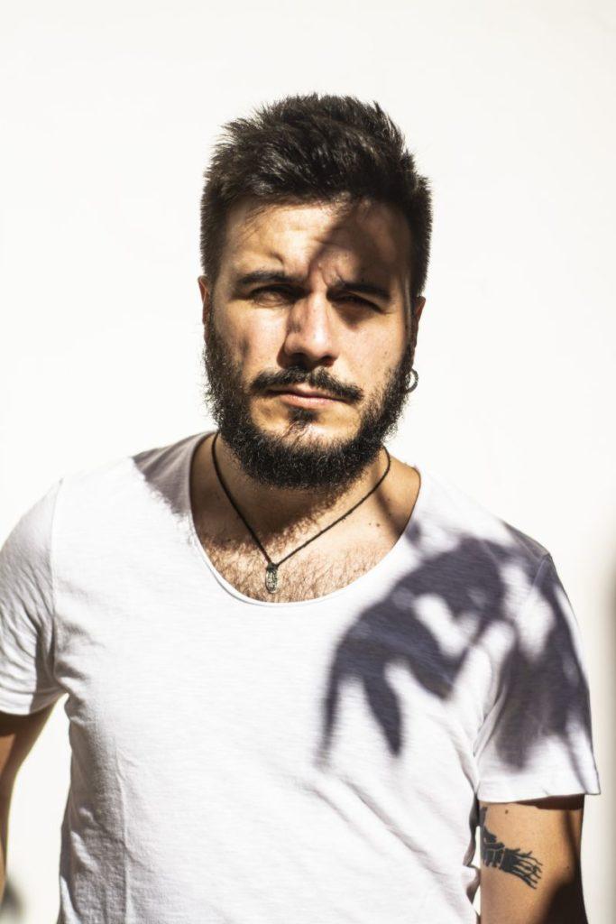 fastidio ennio salomone - primo piano del cantautore siciliano, che indossa una maglietta bianca