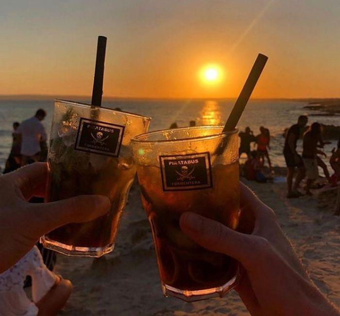 due bicchieri con un tramonto