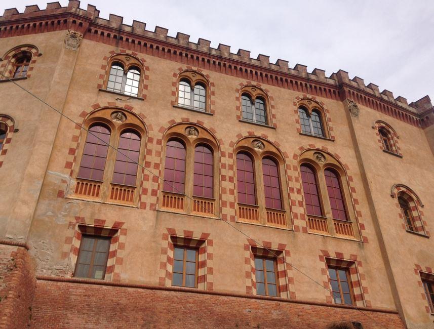 Settembre tempo di vendemmia, nella foto un particolare del museo del vino di barolo con ampie finestre e il tetto del palazzo con tipici merletti