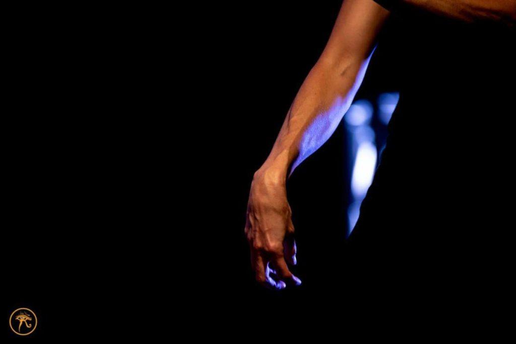 Mano donne durante una performance arte