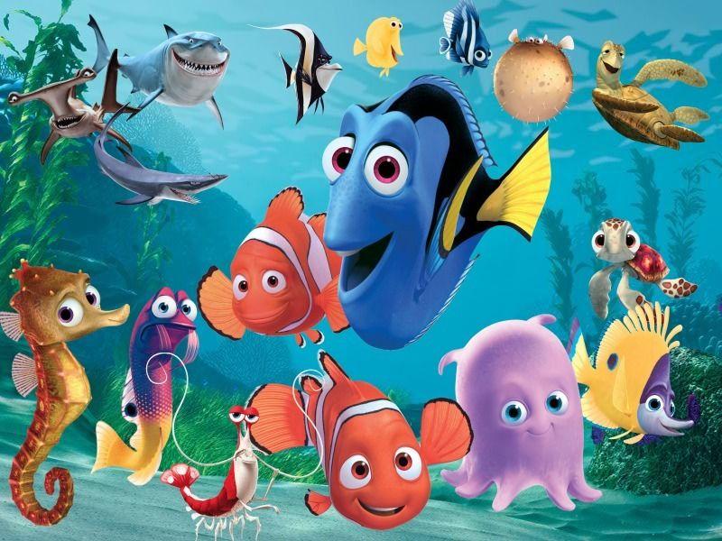"""Il polpo Dumbo rosa con altripersonaggi del film """"Alla ricerca di Nemo"""". con lui il pesce a strisceblu, due pesciolini rossi, due cavallucci marini, uno squalo e altri piccoli pesciolini colorati"""