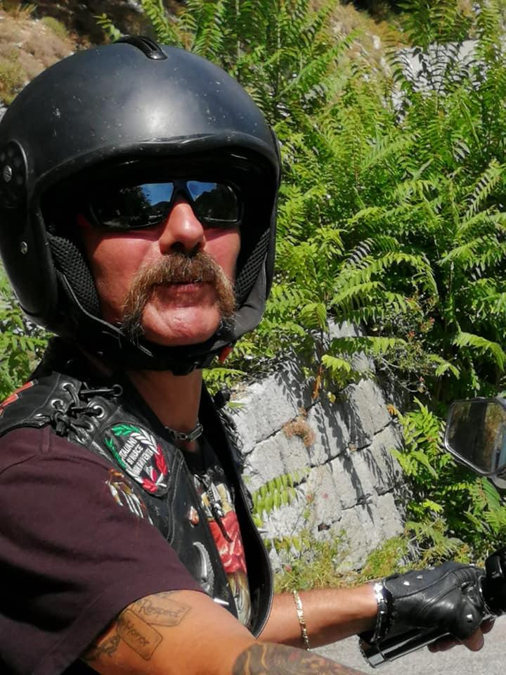 #CabaretShow - Denis gorda con casco da motociclista. Porta lugnhi baffi e occhiali scuri